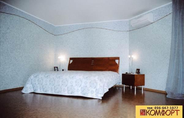 Спальня с голубыми жидкими обоями