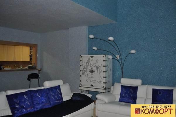 Интерьер зала с жидкими обоями голубого цвета