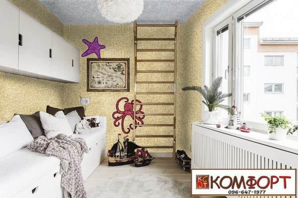 Светло-желтые жидкие обои на стене и светло-серые - на потолке в детской комнате