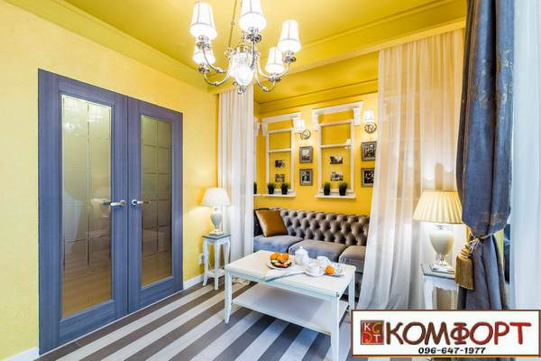 Жидкие обои желтого цвета в гостинной