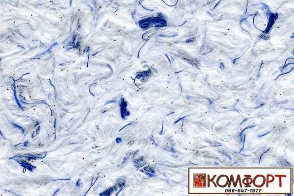 Образец жидких обоев Стиль белого цвета с добавлением блесток и окрашенного волокна в синий цвет