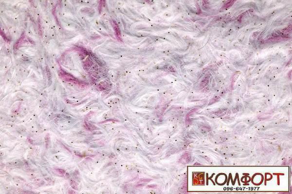 Образец жидких обоев Стиль белого цвета с добавлением блесток и окрашенного волокна в розовый цвет
